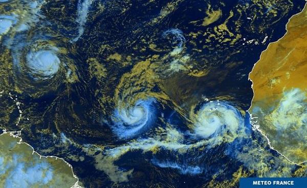 Isaac est l'un des trois ouragans (celui du milieu sur la photo) actifs de la semaine - Crédit photo : Météo France