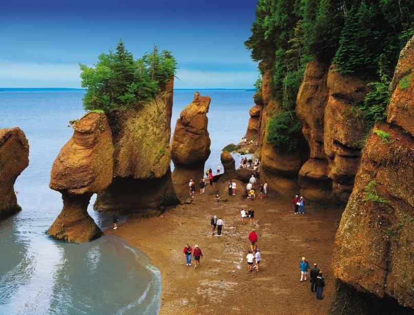 Les rochers Hopewell, une des attractions les plus populaires du Nouveau-Brunswick. La baie de Fundy  connait les plus hautes marées du monde. - Tourisme Nouveau-Brunswick