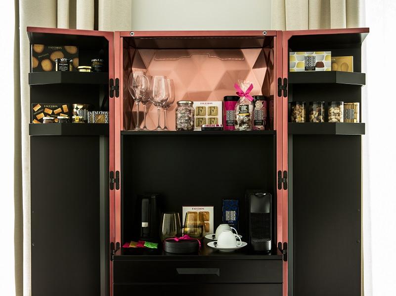 Le bar gourmet est la pièce maîtresse qui trône dans chaque chambre - crédit photos : Fauchon
