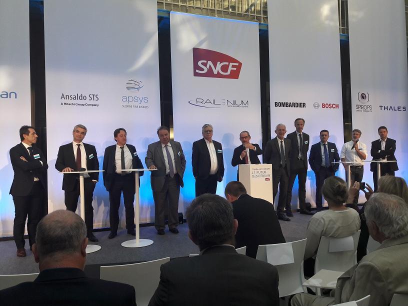 Guillaume Pépy président du directoire SNCF et Patrick Jeantet avec l'ensemble des partenaires du futur train autonome. MS.