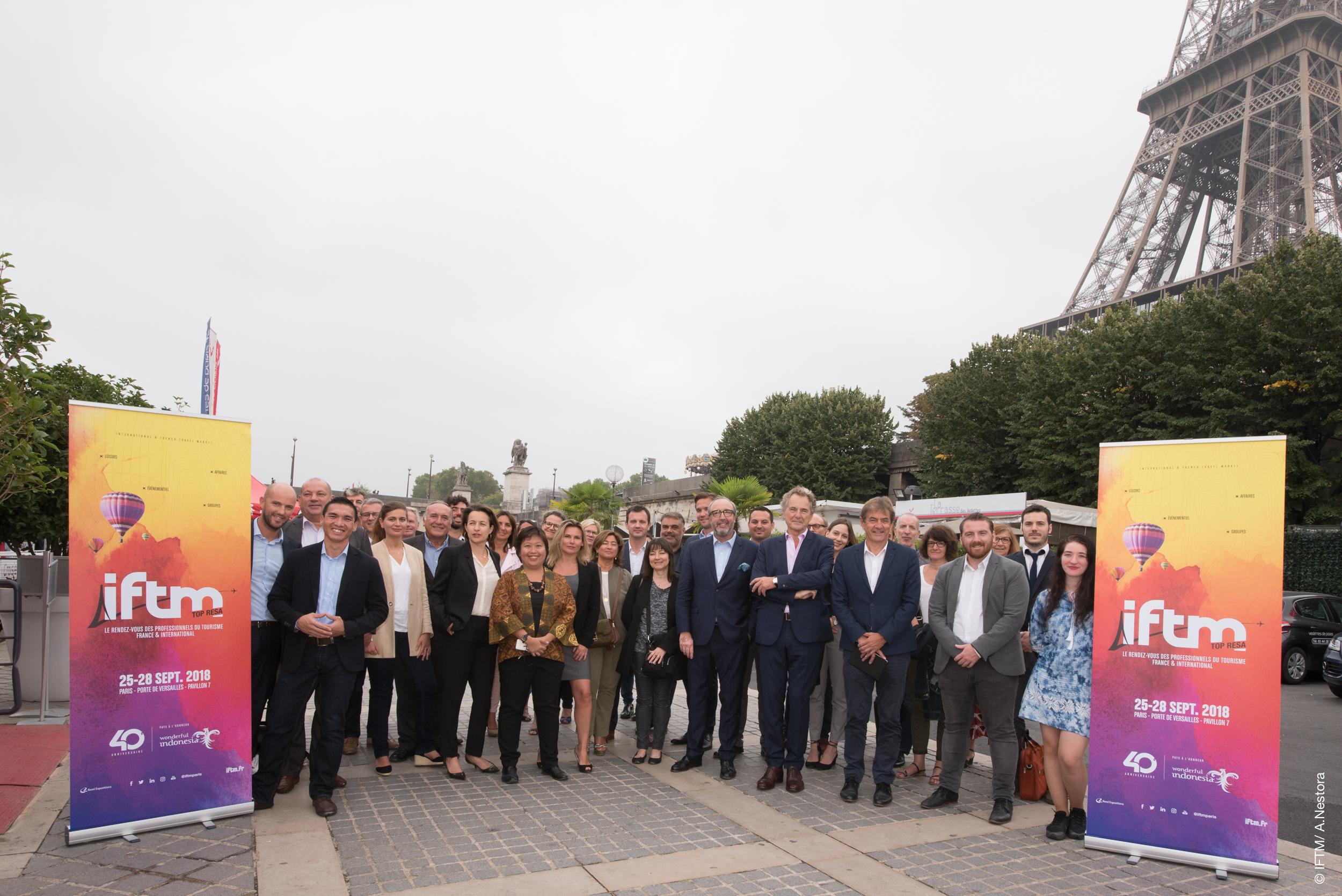 L'équipe de l'IFTM Top Resa aux pieds de la tour Eiffel - DR : A. Nestora