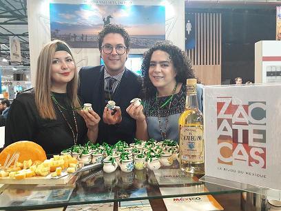 Jesus Catalan Meneses, directeur de l'Office du Tourisme du Mexique à Top Resa avec les représentantes du Zacatecas. A déguster, venus du Zacatecas du fromage et dans le petites poteries artisanales, le  Mezcal est une eau-de-vie mexicaine produite traditionnellement à base de jus d'agave (avec beaucoup de modération !).MS.