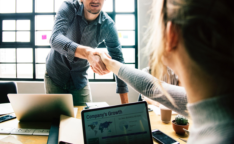 Séduire les candidats par une expérience unique est une tâche essentielle pour la marque employeur. Cela passe par la rencontre lors de l'entretien. - Unsplash