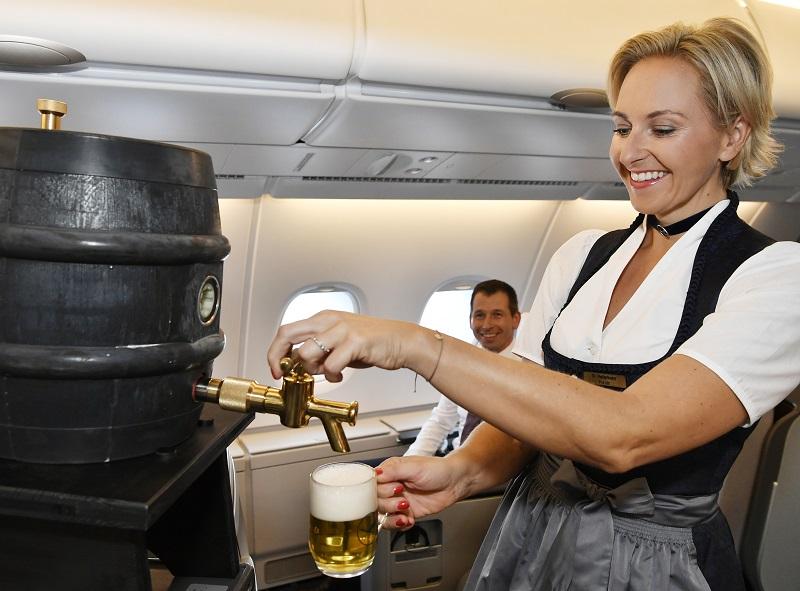 Costume traditionnel bavarois et bière pour l'Oktoberfest à bord des appareils Lufthansa - DR Lufthansa