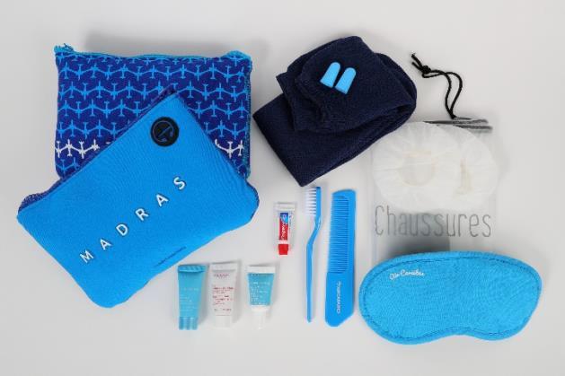 En classe Affaires, la trousse contient le masque, les bouchons d'oreille, des protèges-écouteurs pour le casque, les chaussettes, le sac à chaussure, le kit dentaire ou le peigne - DR : Air Caraïbes