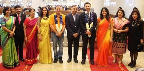 Raj Sivakumar, Senior Vice-President – Worldwide Sales & Distribution, Jet Airways (au milieu); Tom Mottershead, Deputy Director for Trade and Innovation, British Deputy High Commission (au milieu à droite), M. R Gupta, premier passager du vol Mumbai-Manchester (au milieu à gauche), Mme Pom Warakorn Komutanont, VP –Inflight Services (tout à droite) et Mme. Ruchika Singh – Head of Sales, India & SAARC (la deuxième en partant de la droite) - DR : Jet Airways