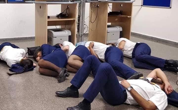 Six employés de Ryanair, qui avaient mis en scène cette image les montrant dormir à même le sol de l'aéroport de Malaga, ont été licenciés © Twitter Jim Atkinson