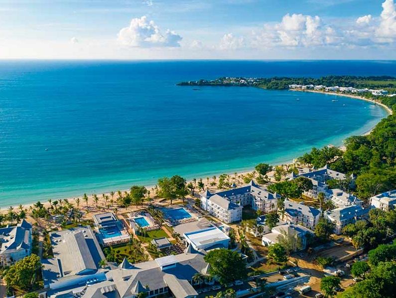 L'hôtel possède également trois grandes piscines extérieures, dont une avec bar aquatique - DR : RIU Hotels