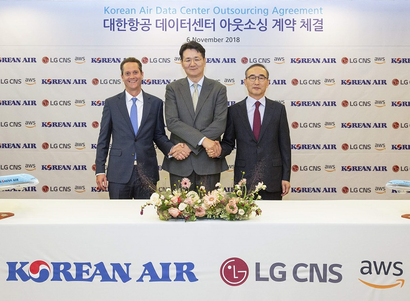 Walter Cho, président de Korean Air (au centre), Ed Lenta, directeur général de AWS Asia Pacific (à gauche), Youngseob Kim, PDG de LG CNS (à droite) - DR : Korean Air