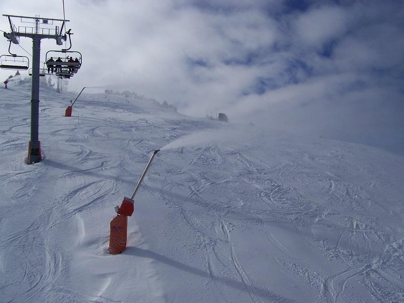 Les canons à neige, désormais indispensables - crédit photo : wikicommons / Parisdreux - Espace Villard-Corrençon (38) : Les canons à neige de la piste bleue Chevreuil Haut en fonctionnement.