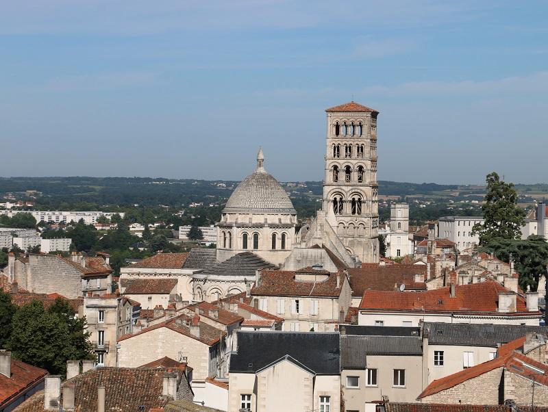 Angoulême est bâtie sur un éperon calcaire dominant la Charente. Quartiers hauts défensifs et religieux, devenus résidentiels et « politiques » ; quartiers bas d'activités et d'habitat, globalement populaires - DR : J.-F.R.