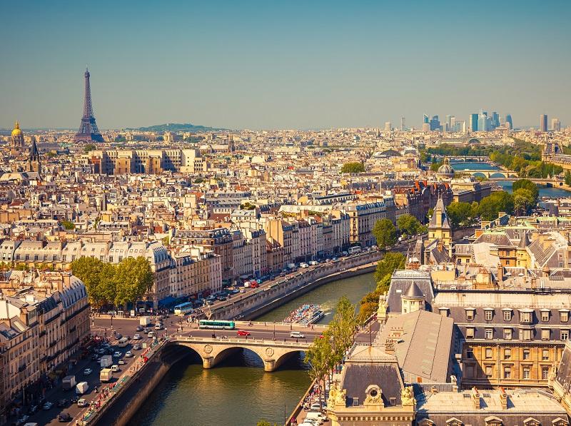 L'impact des manifestations des Gilets jaunes est mineur en novembre 2018, avec notamment aucune baisse de revenus enregistrée chez les hôteliers parisiens durant les weekends concernés - DR : DepositPhotos, sborisov