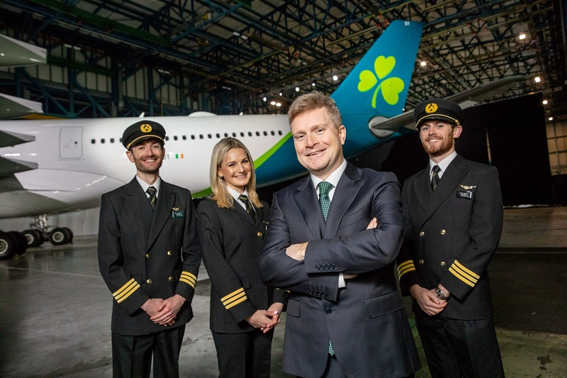 Sean Doyle Chief Executive Officer d'Aer Lingus entouré d'un équipage devant la nouvelle livrée d'Aer Lingus - DR Aer Lingus