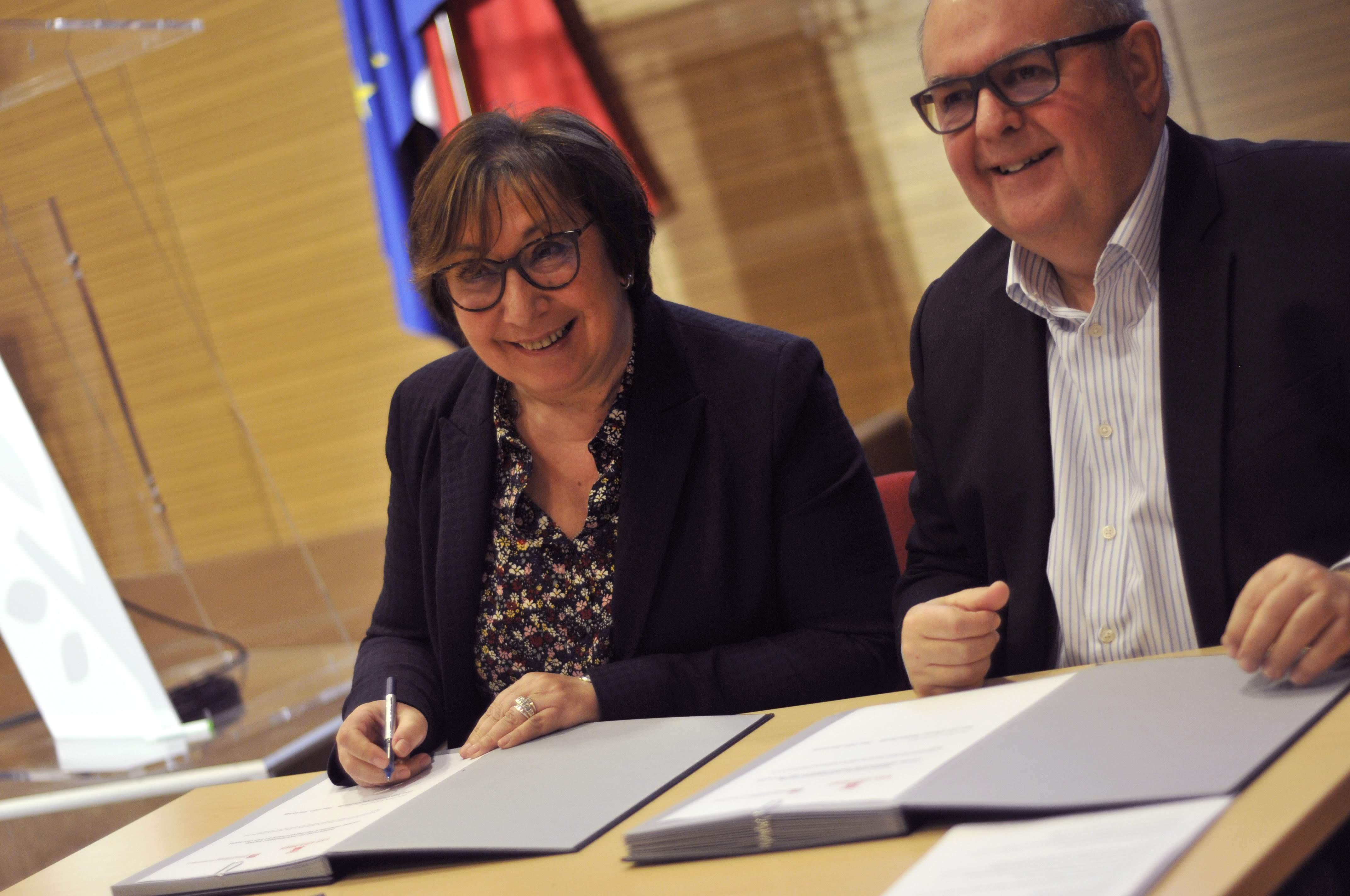 Martine Pinville (VVF) et Eric Le Lay (CGP) signent le partenariat permettant l'ouverture de 9 nouveaux villages en 2019 © DR VVF Villages