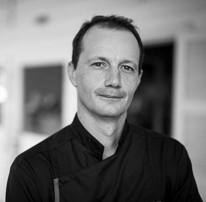 Samuel Tétard s'installe en 2003, à Arès dans le bassin d'Arcachon. Sept ans plus tard, séduit par l'île de la Réunion, il ouvre un restaurant gastronomique - DR Corsair