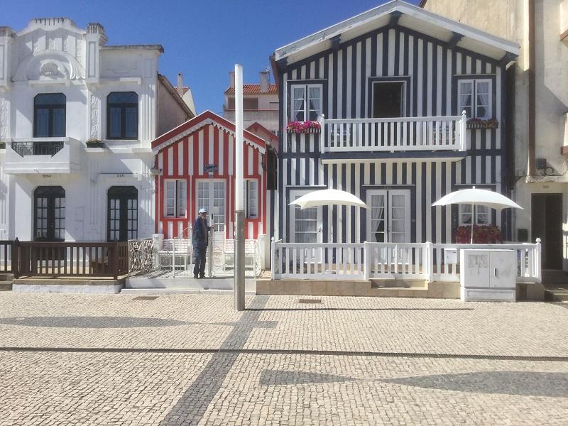 Les palheiros, anciennes cabanes de pêcheurs transformées en maisons de plage - DR : J.-P.C.