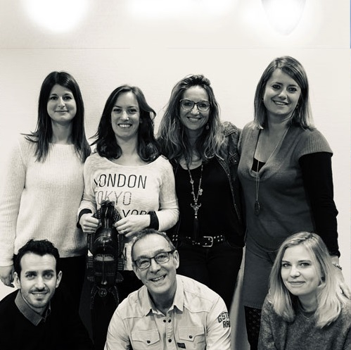 """Livane, Amélie, Orianne, Stéphanie et Tiphaine forment l'équipe """"sur-mesure"""". Elles sont accompagnées sur la photo de Sofiane et Christian, les délégués commerciaux - DR"""