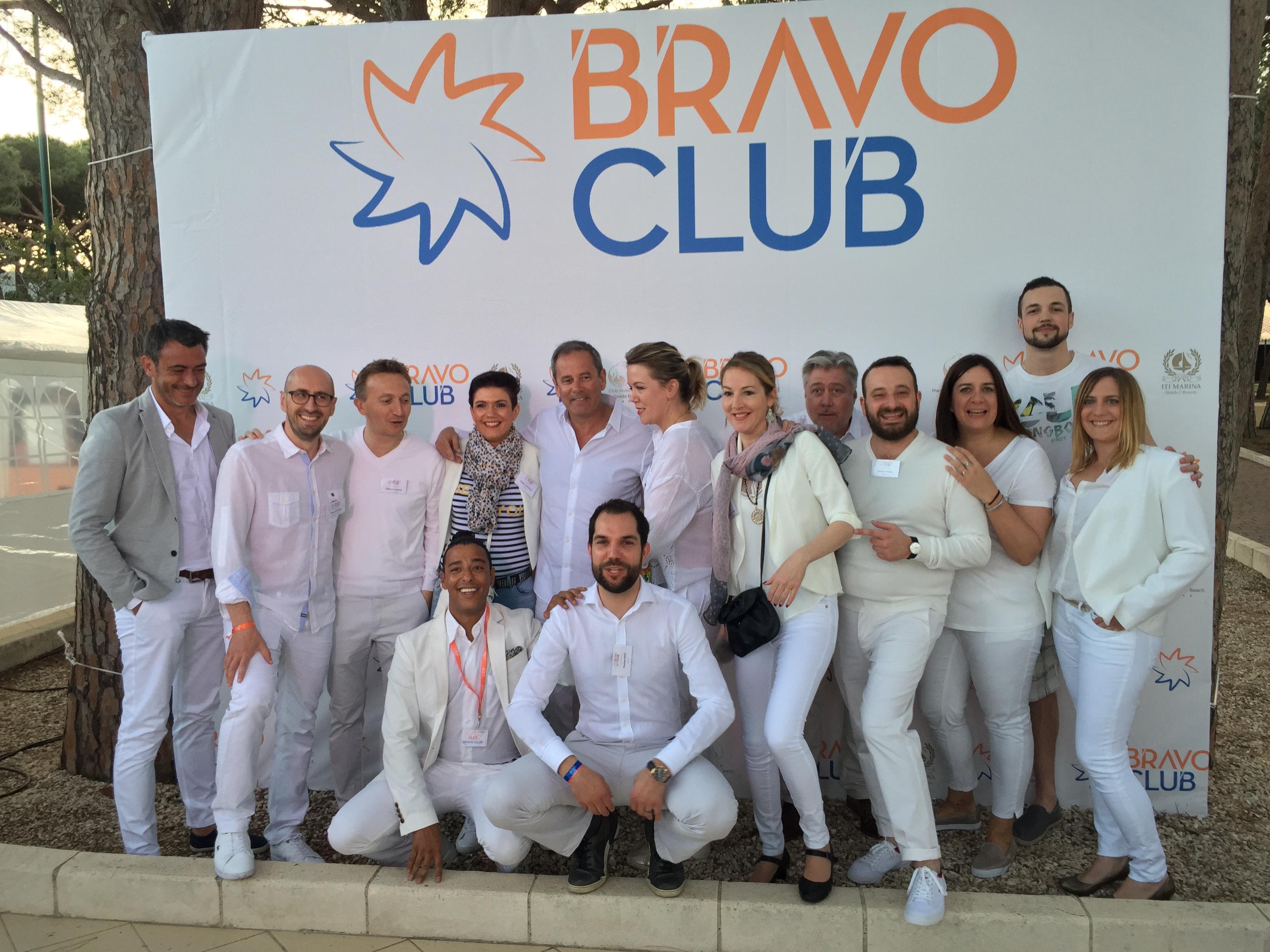 Patrice Caradec entouré de ses équipes Bravo Club - DR