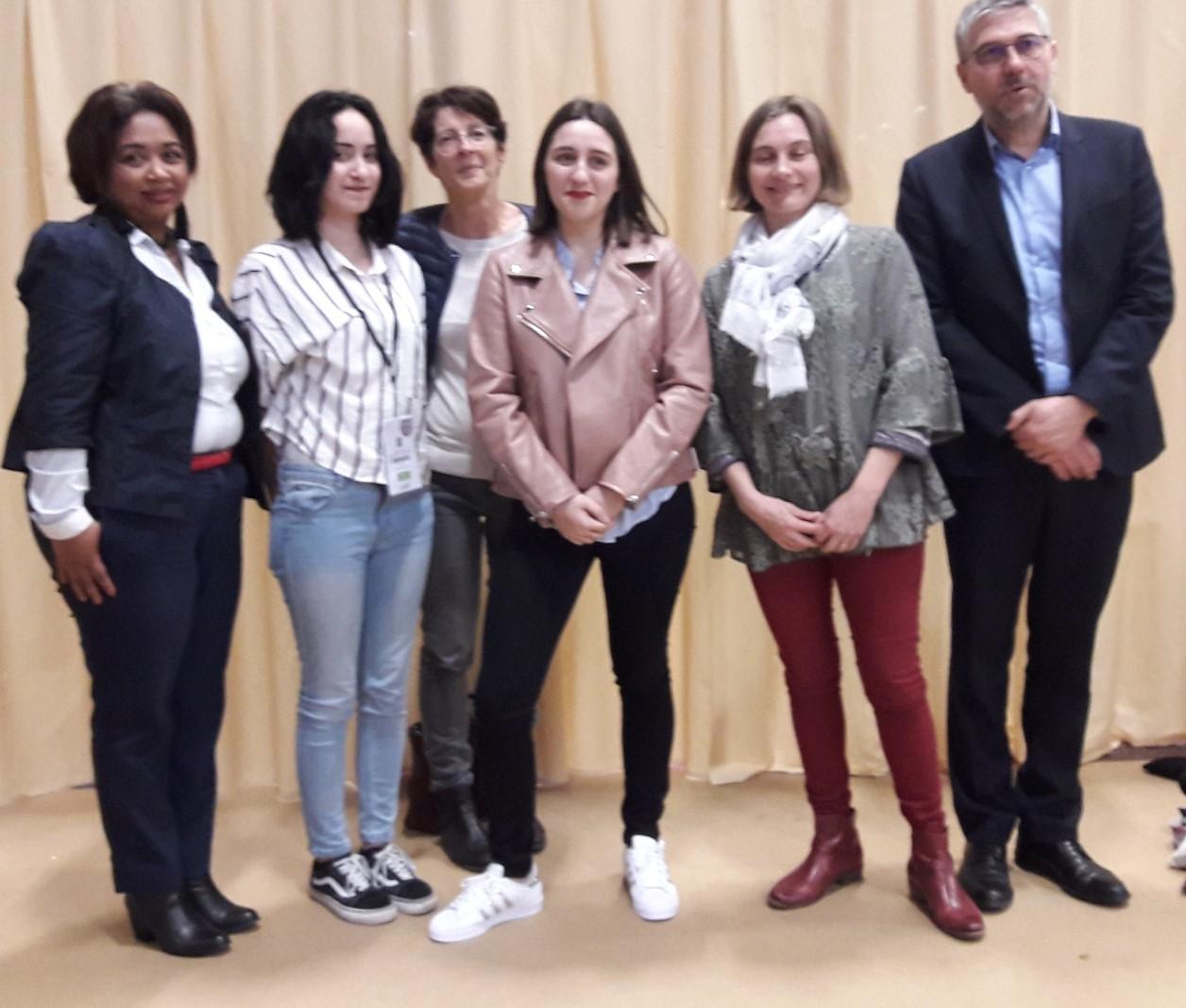 Anne-Louise, Charlotte et Anexa de la Faculté des Métiers Essonne lauréates du concours vidéo entourées par trois formatrices et  Alain Bao le directeur.MS;