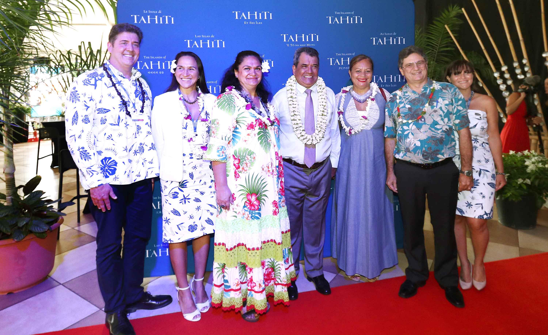 Le président du Gouvernement de Tahiti Édouard Fritch (centre), entouré de de Paul Sloan, président de Tahiti Tourisme de Michel Monvoisin, président de ATN (dte) et de leurs collaboratrices /crédit photo Tahiti Tourisme
