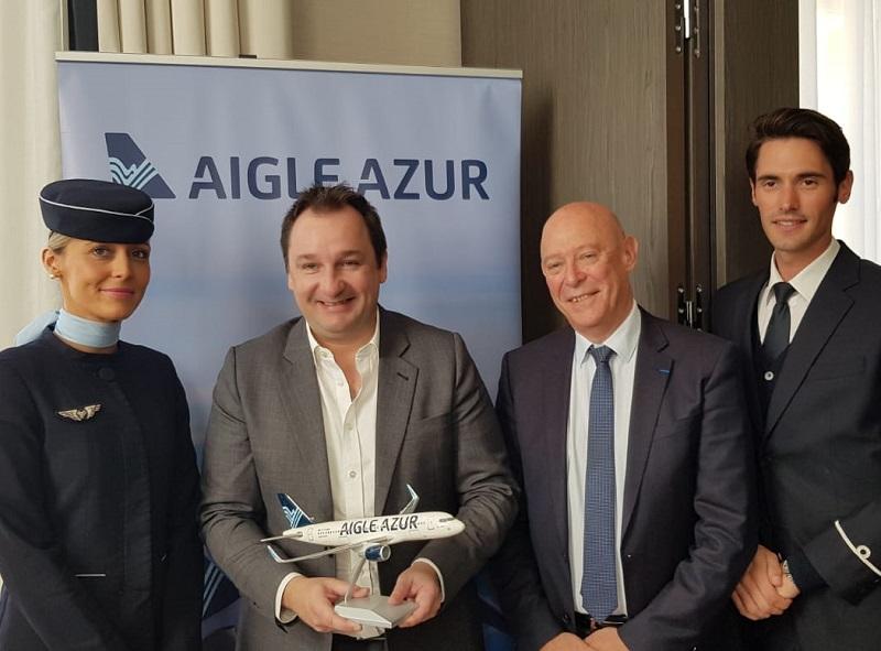 Frantz Yvelin, président d'Aigle Azur et Philippe Bernand, président du directoire de l'aéroport Marseille Provence, entourés de deux PNC marseillais d'Aigle Azur, à Marseille, le 21 mars 2019 - DR : A.B.