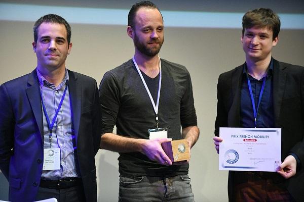 Laurent Bouzon (au centre) a reçu le prix 1er Challenge Mobilité (FrenchMobility) organisé par le Ministère des Transports - Crédit photo : Lyon French Tech