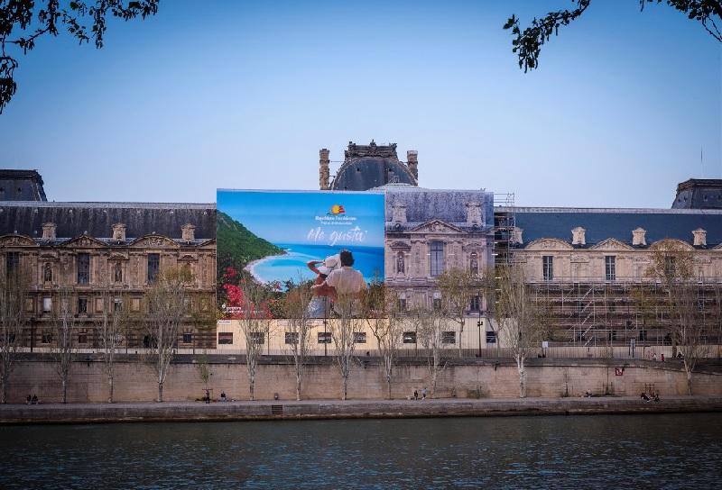 L'affiche géante de 570 m² sur la façade du Louvre - DR Rep Dom