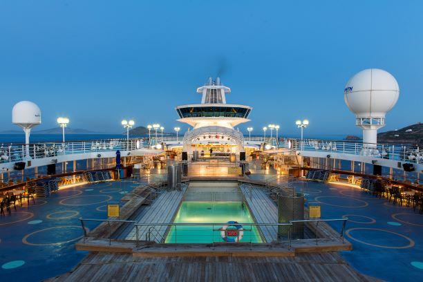 Une partie du pont extérieur et bar panoramique. Collection Celestyal Cruises.