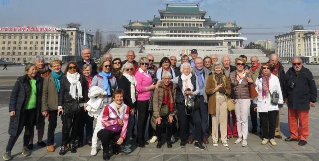 Photo de groupe sur l'immense square Kim II Sung (75000 m2) à Pyongyang - DR : Pierre Surot