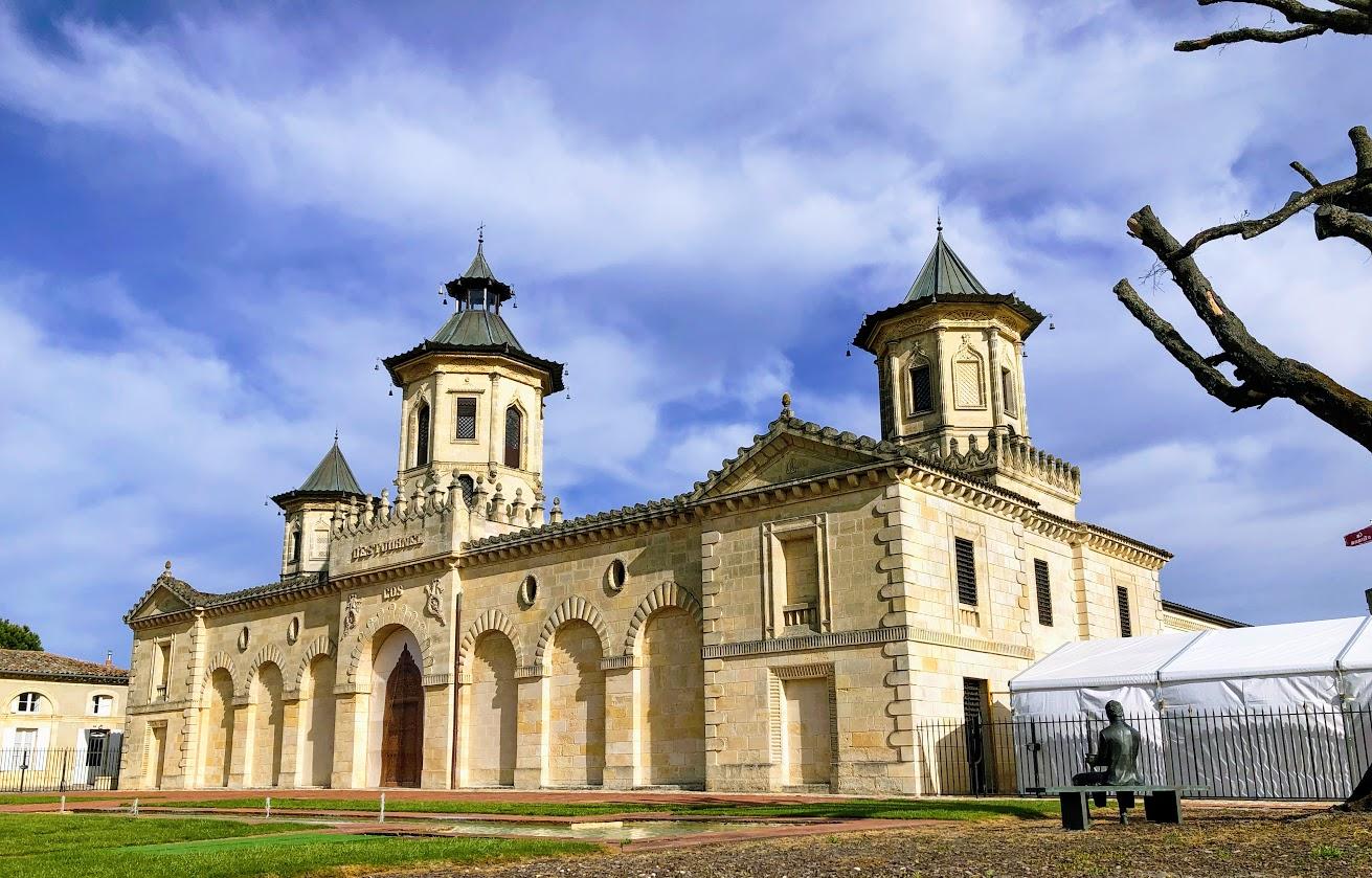 Le superbe Château d'Estournel, un cru Médoc au riche passé historique, symbolisé par les tours tarabiscotées de style sino-indien /crédit photo JDL
