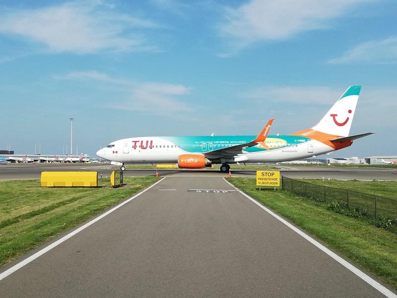 Sunny Cars et TUI apparaissent ensemble sur le fuselage de l'appareil - DR