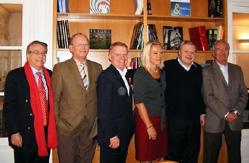 De gauche à droite, Gilbert Baladi, Dominique Vaucy, Jean-Pierre Cosmes, Karen Bossard, Michel Messager et Bernard Didelot à l'occasion du lancement de l'Association Française des Seniors du Tourisme en 2007 - MS