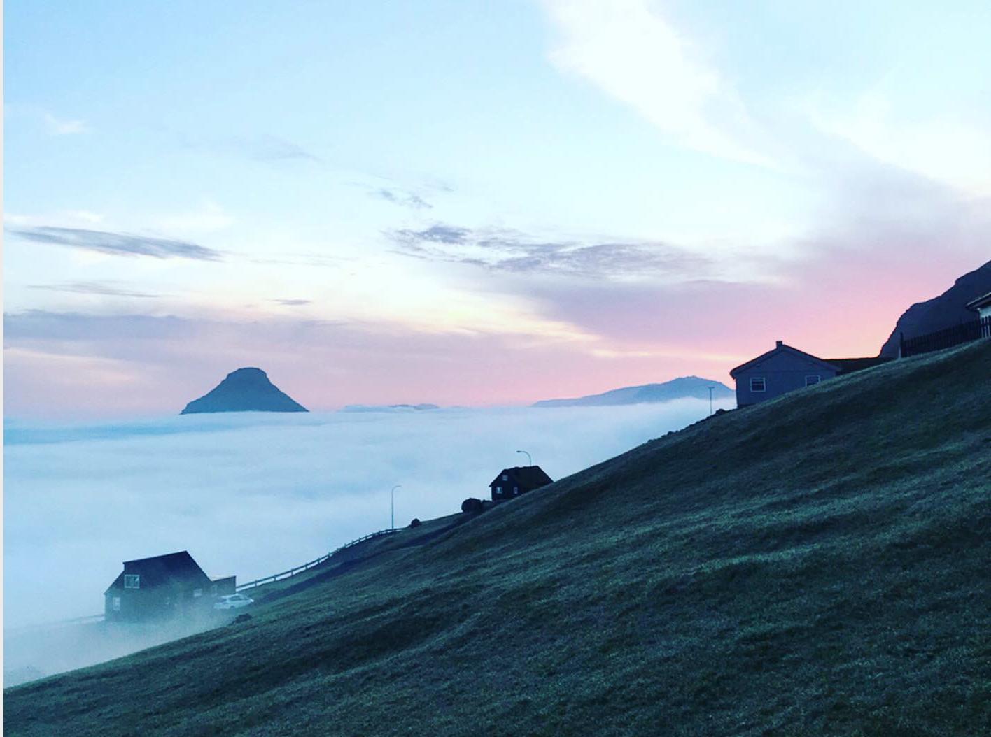 Depuis l'ouest de l'île de Streymo, vue sur un océan de nuage et les îles de Koltur et d'Hestur © PG TM