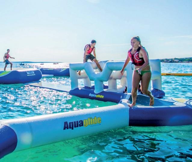 Le parcours s'étend sur 900 m2, avec toboggans, catapultes, ponts flottants à traverser sans tomber… - DR : Aquapark Beluga