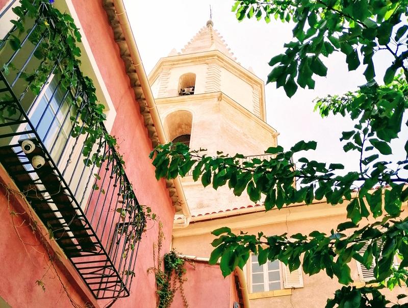 Derrière le clocher de l'église des Accoules, au pied du Panier à Marseille, se cachent des chambres d'hôtes Gites de France au charme irrésistible - crédit photo : TourMaG.com JP