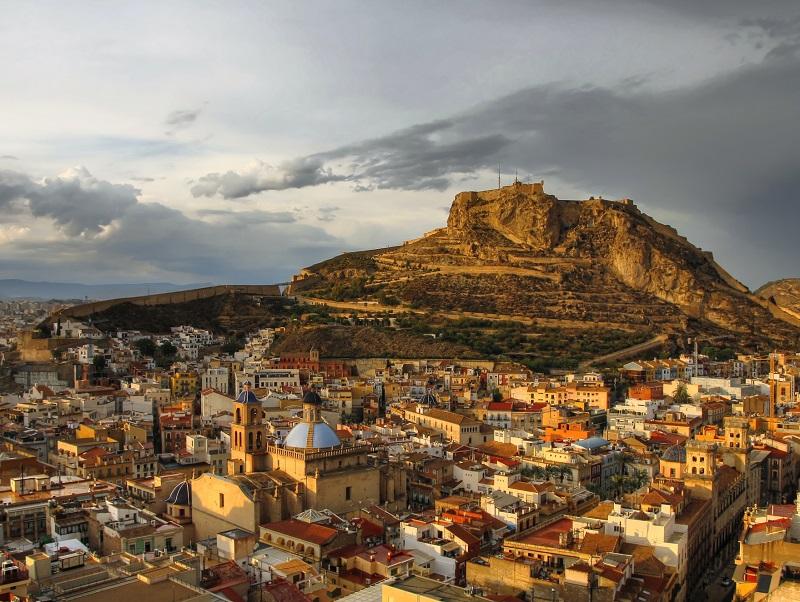 Le mont Benacantil et le château de Santa Barbára dominent la ville et constituent la carte postale emblématique d'Alicante - DR : DepositPhotos, Patryk_Kosmider