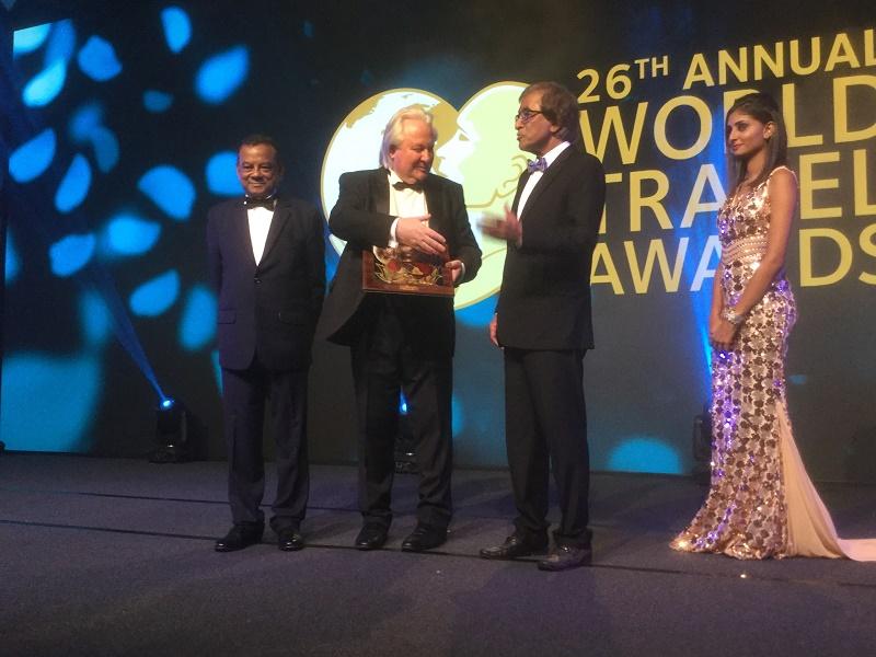 Le ministre du tourisme mauricien, Anil Kumarsingh Gayan, reçoit le Prix d'honneur des mains du président de WTA - DR : J.-P. C.