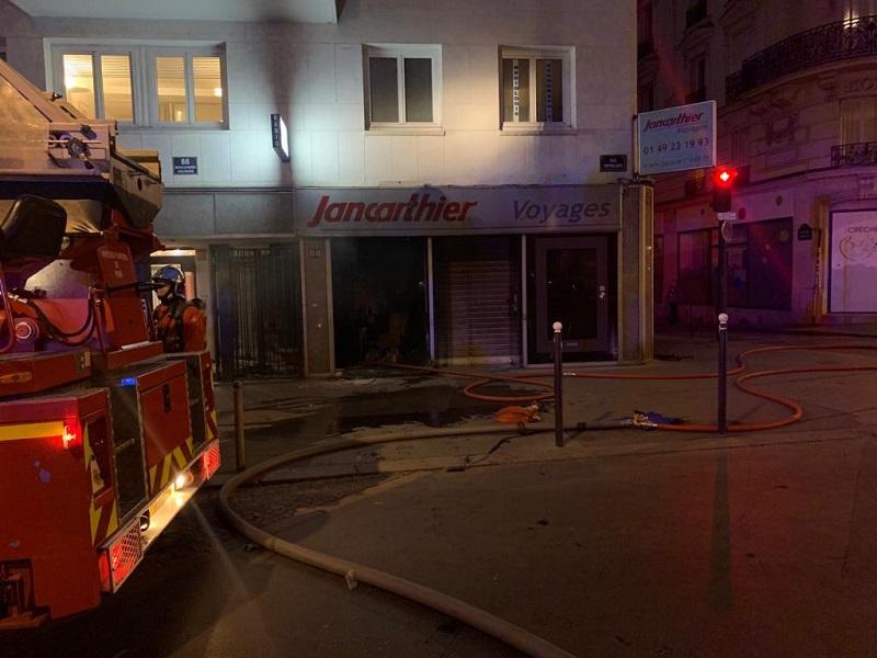 L'incendie - qui s'est déclaré vers 22h30 - n'a fait aucune victime, ni à l'intérieur de l'agence, ni dans les étages supérieurs de l'immeuble - DR : Philippe Taieb