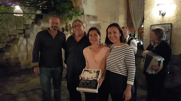Nurten Keskin Rollier au centre de la photo avec le livre - Crédit photo : RP