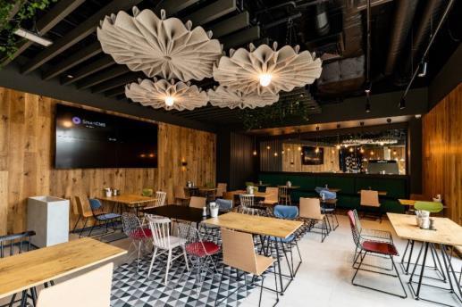 Le dernier concept de restauration est également proposé au Charlie's Corner, un bar dédié à la bière, où l'offre évolue selon l'heure de la journée, ouvert aux clients comme aux riverains - DR : Ibis