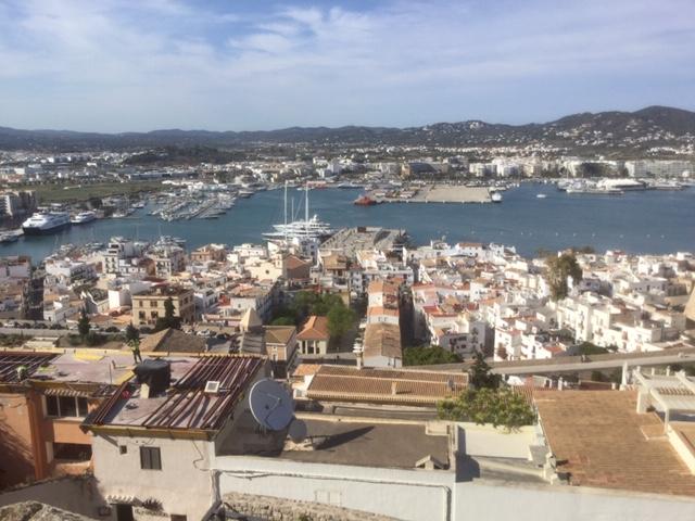 Elvissa, appelée aussi Ibiza, est la capitale de l'île. Perchées sur la colline, les maisons d'un blanc immaculé s'étalent jusqu'à la haute ville : Dalt Vila - DR : J.-P.C.