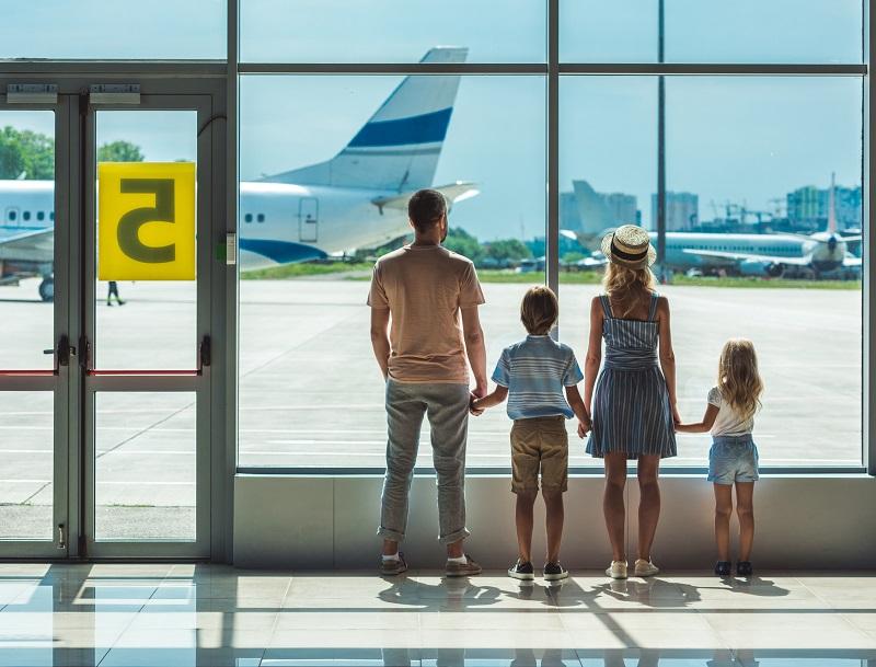 Le Préambule et l'article 4 du Règlement prévoient le cas du refus d'embarquement de passagers et mettent en place un système de négociation (pour les passagers volontaires) et de prise en charge, outre une indemnisation forfaitaire en cas de refus contre la volonté des passagers - DR : DepositPhotos, ArturVerkhovetskiy