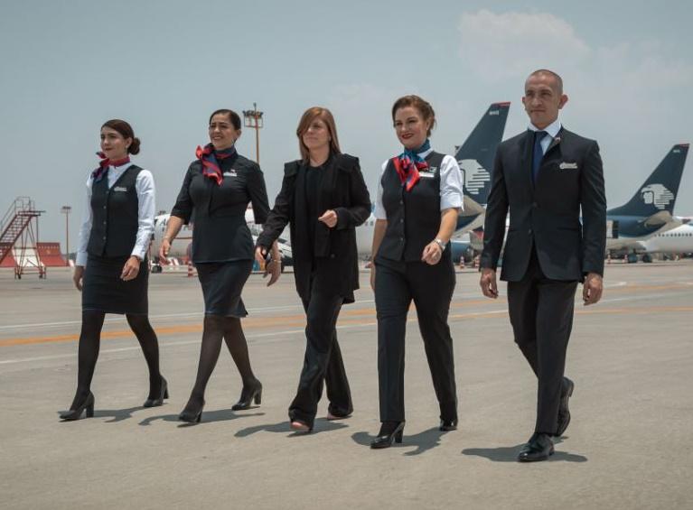 Dans des tons bleu marine et noir, l'uniforme n'est pas sans rappeler le smoking. Les chaussures sont noires et les femmes ne portent plus de chapeau - DR : Aeromexico