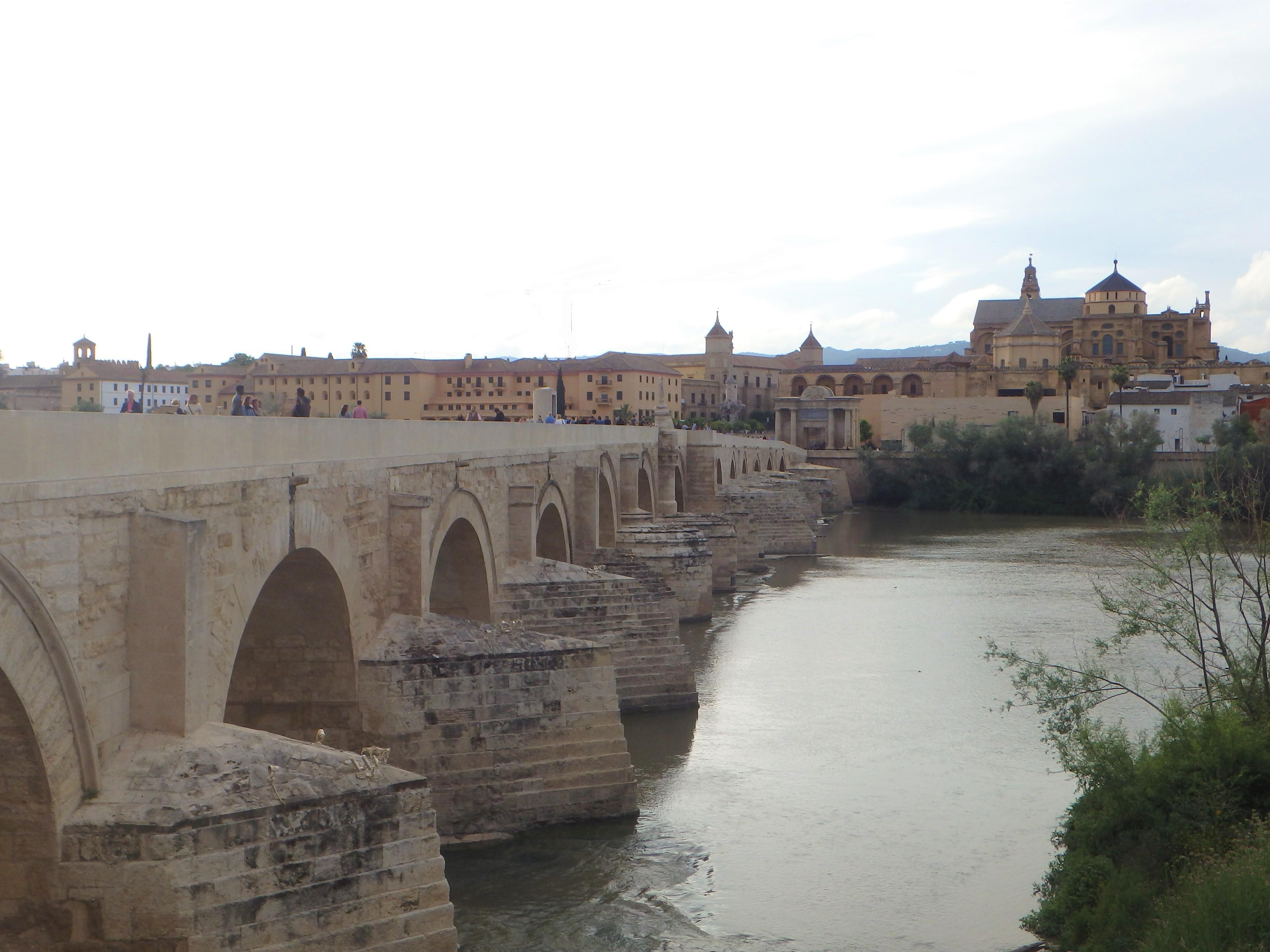 Avec ses seize arches, le Puente Romano rappelle que Cordoue fut une importante cité romaine - DR : J.B.