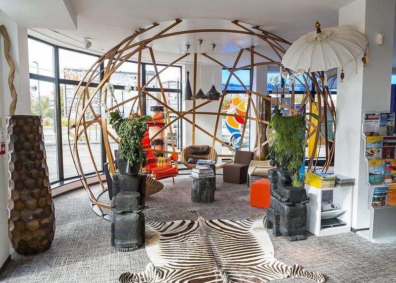 La Boutique du Voyage à Yutz dénote dans le paysage local, avec ses bureaux design, la sphère en bois qui englobe la salle d'attente, telle une bulle géante et l'espace boutique où les clients peuvent se procurer des objets tout droit venus d'Indonésie - DR : Fensch Voyages