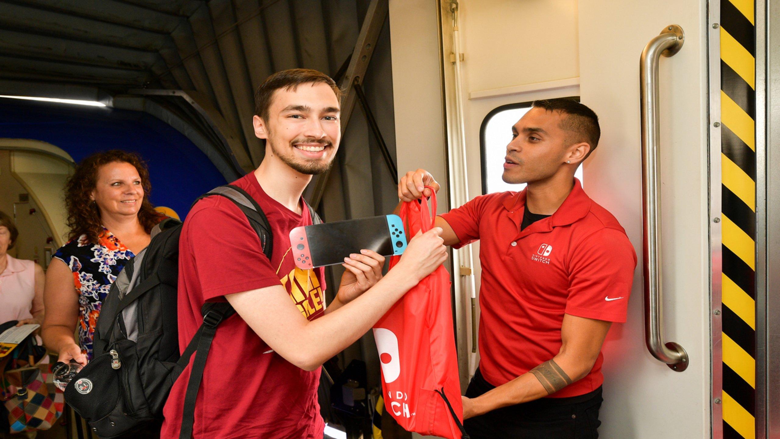 Un passager recevant un sac Nintendo avec la console de jeu - DR Photo Twitter