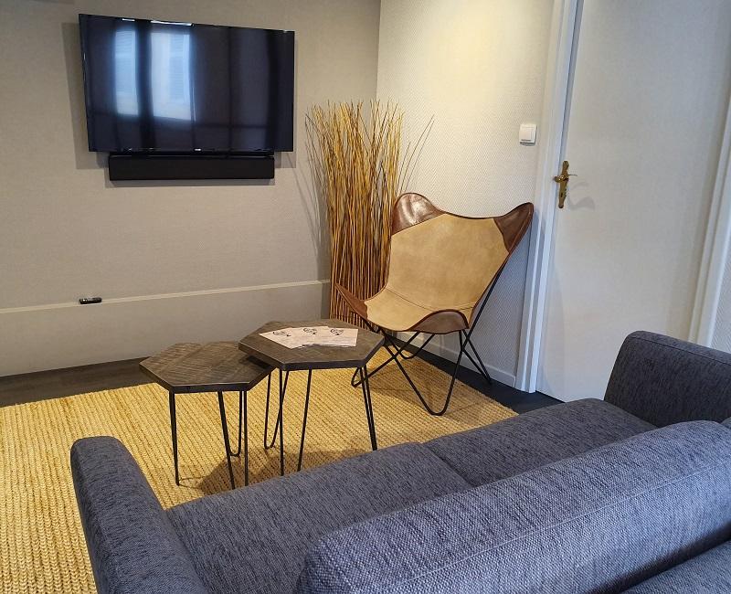 Ce nouveau concept-store réunit un espace salon avec canapé et table basse, une bibliothèque de voyage, un grand écran mural et une table ovale équipée d'un ordinateur, permettant d'élaborer les programmes des clients - DR : LK Tours