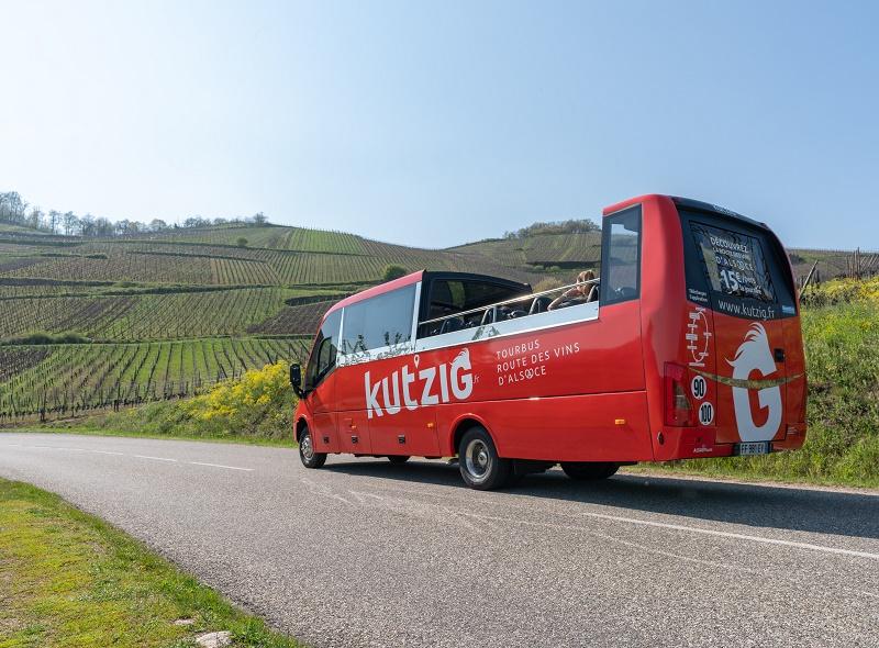 Le Kut'zig, petit bus cabriolet décapotable, sillonne la route des vins d'Alsace, sur le principe du hop-on hop-off avec un tarif unique à la journée - DR : LK Tours