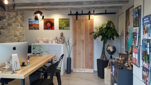 Céline Mouren reçoit ses clients dans un atelier, attenant à son domicile. Un lieu d'invitation au voyage - DR : Côté Voyages by Célia