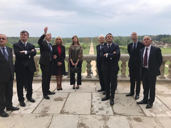 Augustin de Romanet (2e à gauche) en compagnie du président Macron, regardant la privatisation d'ADP ? Crédit photo : compte Twitter @ItalyinFrance